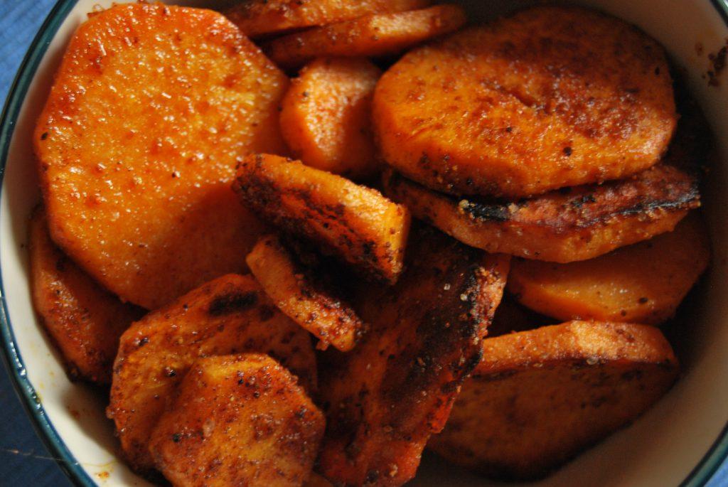 Oben roh...hier kross gebraten, mit Pfeffer und Paprika: Süßkartoffelchips.