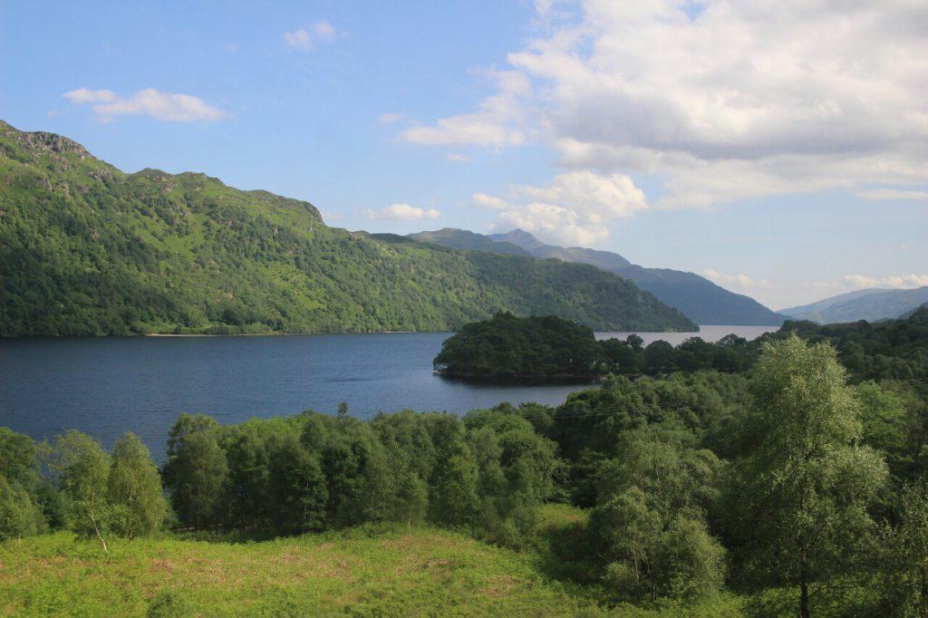 Die Lochs, die Seen, sind glasklar und azurblau.