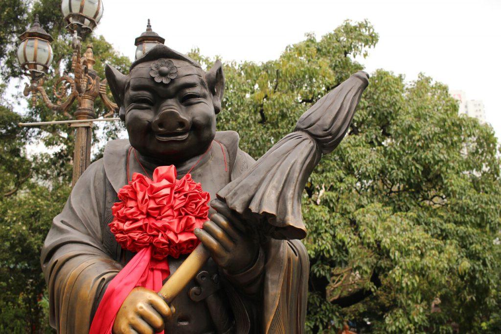 Ähhh...eine Mischung aus Miss Piggy und Meister Yoda? Diese kuriose Statue habe ich im Wong Tai Sin Tempel gefunden, neben ähnlichen Götterstatuen wie Kaninchen, Vogel und noch viel mehr.