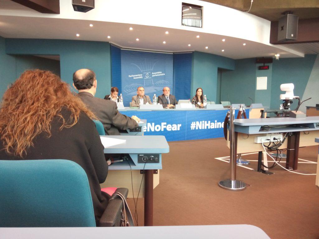 Ferda Cetin (auf der Tribüne, zweiter von links) berichtete während des Europarats in Straßburg von den Repressalien, denen türkische und kurdische Medien ausgesetzt sind.