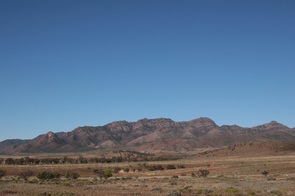 Die gewaltigen Bergketten der Flinders Ranges erheben sich über der trockenen australischen Steppe, mehrere hundert Kilometer im Landesinneren. Je nach Sonnenstand und Licht verändern sie ihre Farbe.
