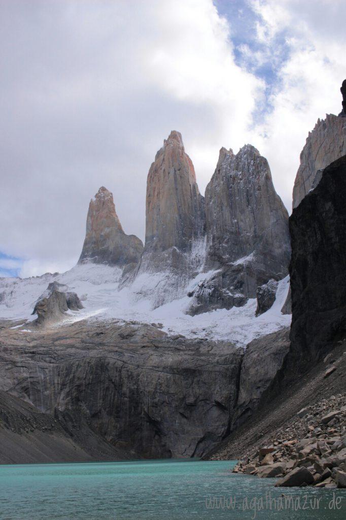 """Die berühmten Zinnen des Nationalparks """"Torres del Paine"""" in Patagonien, die nur derjenige sehen kann, der sich knapp eine Stunde einen steilen, felsigen Weg zum Mirador rauf gezwungen hat."""